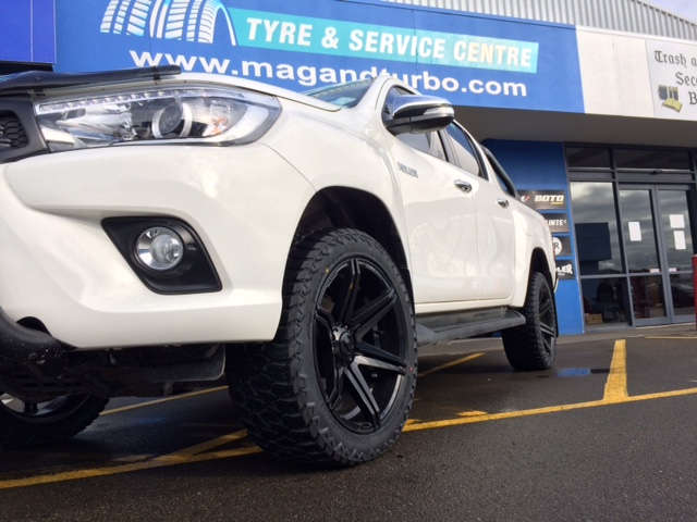 Toyota Hilux BGW Tempest & 265/50R20 AMP A/T