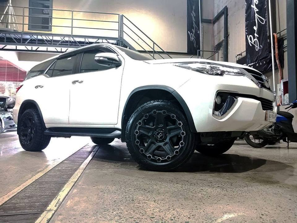 Toyota Fortuner on Black Rhinio Cog